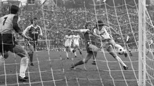 Hans-Jörg Criens schießt das 5:4 am 1. Mai 1984 im Pokalspiel gegen Werder Bremen