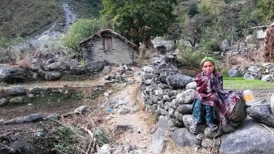 Junges Mädchen vor ihrer Menstruationshütte in Nepal