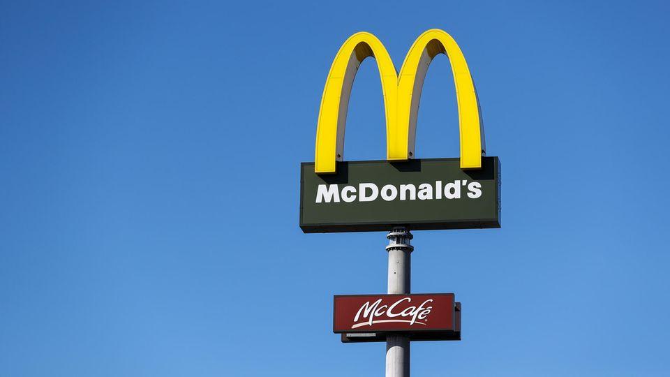Das Logo des US-amerikanischen FastFood-Konzerns McDonald's steht in Leipzig
