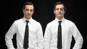 Zwillinge im Anzug