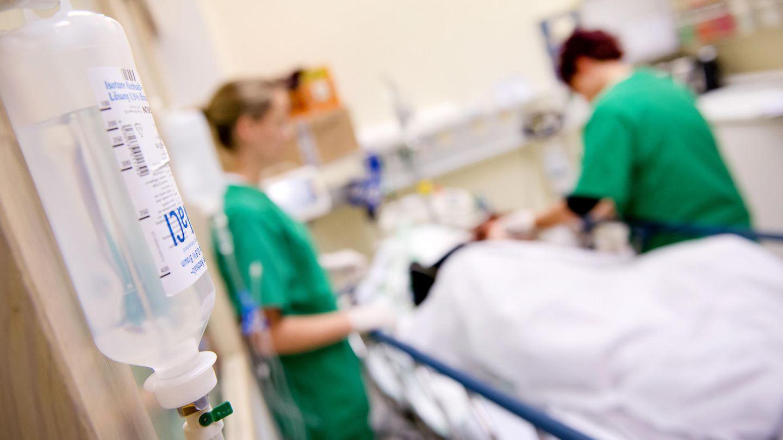 Personalmangel: Medizinisches Personal versorgt in einem Krankenhaus einen Patienten.
