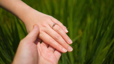 Ein Paar zeigt den Verlobungsring