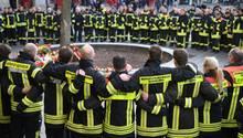Bayern, Augsburg: Am Königsplatz trauern Feuerwehrmänner