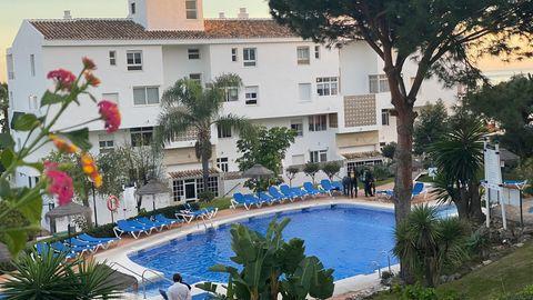 Zivilschutztaucher arbeiten an einem Schwimmbad in der Ferienanlage Club La Costa World in der Nähe von Malaga.