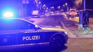 Ein Einsatzfahrzeug der Polizei steht mit Blaulicht an einem Tatort in Stuttgart