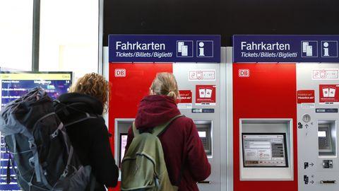 Passagiere kaufen sich Bahntickets am Hamburger Hauptbahnhof