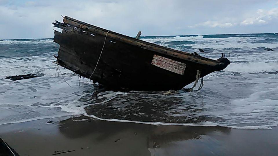 Geisterschiff Japan, Sado: Ein Teil eines Holzbootes an der Küste der Insel Sado, Präfektur Niigata, Nordjapan