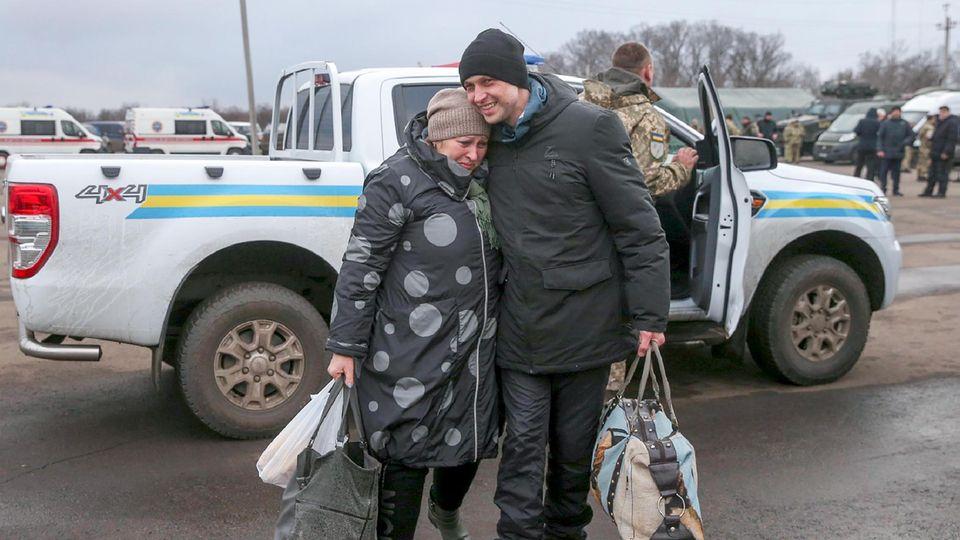 Ein ukrainischer Gefangener umarmt seine Mutter während des Gefangenenaustausches zwischen der Regierung in Kiew und den pro-russischen Separatisten