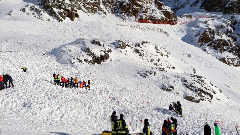 Rettungskräfte arbeiten bei einer Suchaktion nach einer Lawine auf einer Skipiste.