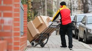 Ein DHL-Paketbote bei der Arbeit