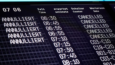 Eine Anzeigetafel auf dem Flughafen zeigt annullierte Flüge der Fluggesellschaft Germanwings