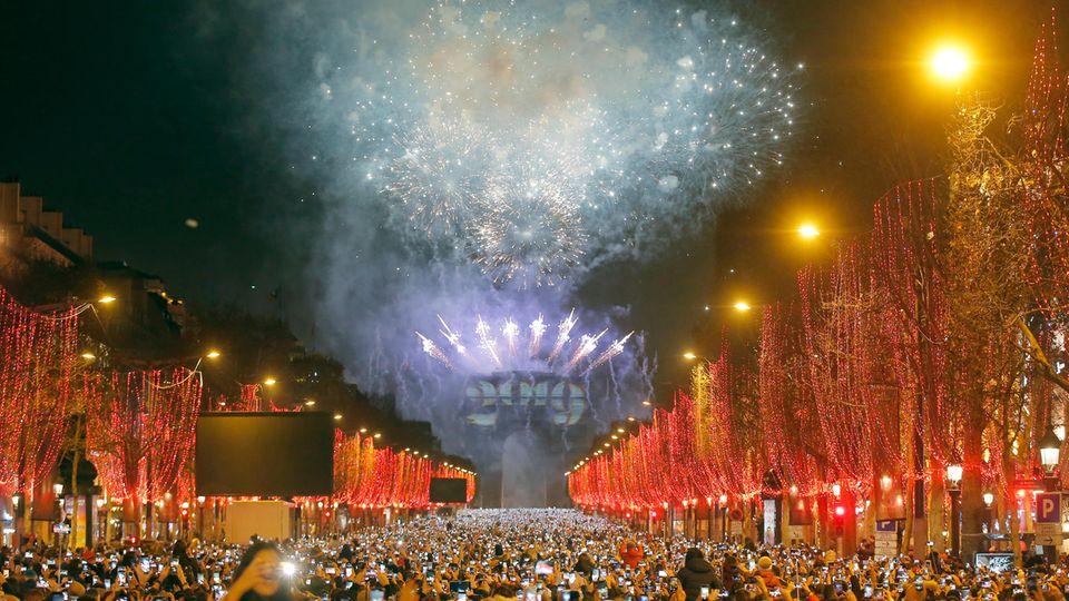 Ein Feuerwerk explodiert während der Neujahrsfeierlichkeiten in Paris