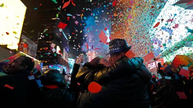 USA, New York: Konfetti regnet um Mitternacht am Times Square auf die Menge