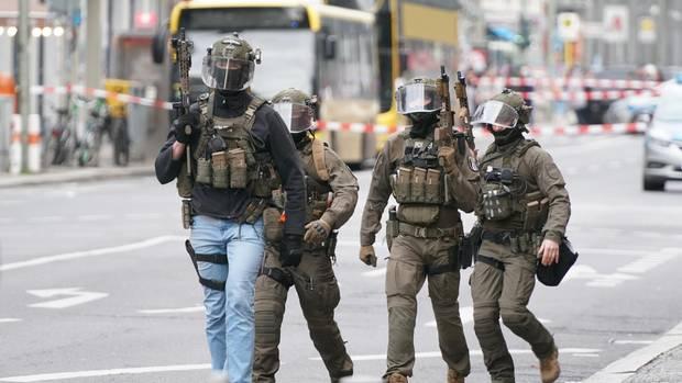 Polizisten des SEK gehen über die Kochstraße