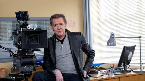 """Der Schauspieler Jan Fedder sitzt bei Dreharbeiten zur ARD-Serie """"Großstadtrevier"""" in der """"Polizeiwache"""""""