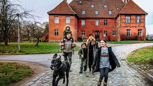 Christina Ahlefeldt-Laurvig und Knut Splett-Henning mit ihrer Familie auf dem Gutshof Rensow