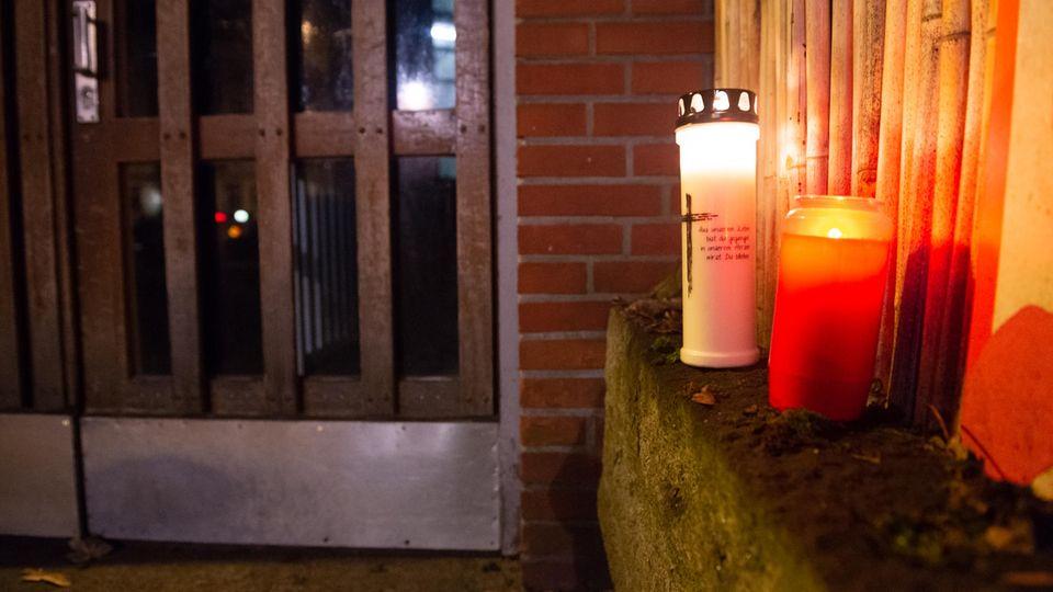 Trauerkerzen vor dem Haus von Jan Fedder