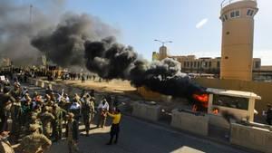 Demonstranten haben auf dem Gelände der US-Botschaft in Bagdad ein Wachhäuschen in Brand gesetzt