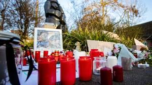 Kerzen, Bilder, Plüschtiere und Schilder liegen vor dem Haupteingang des Krefelder Zoo