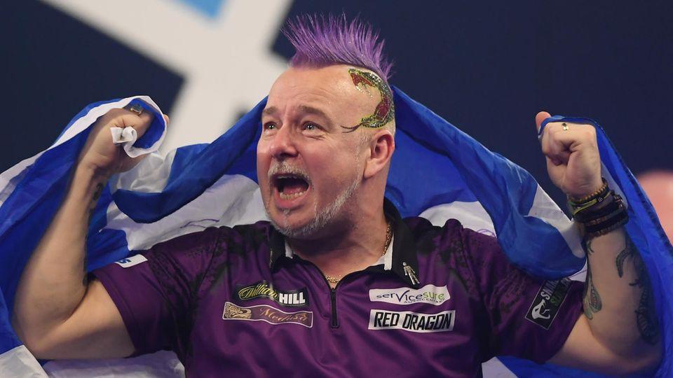 Peter Wright jubelt - er ist zum ersten Mal Darts-Weltmeister geworden