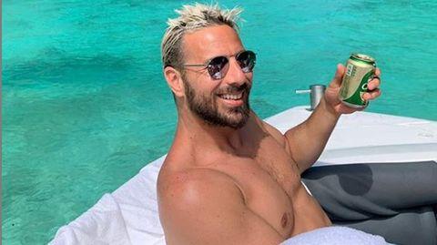 Claudio Pizarro auf einem Boot mit Bier in der Hand