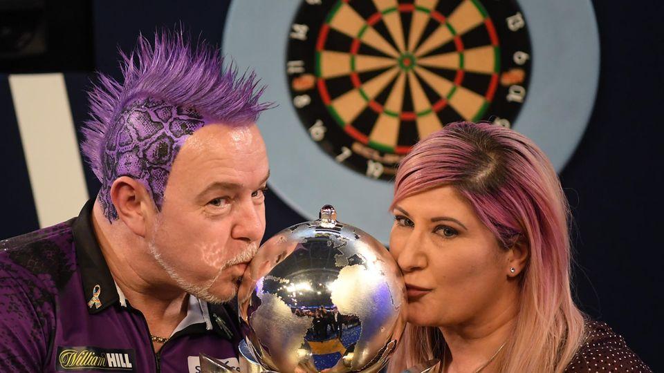 Peter Wright feiert Darts-Titel mit seiner Frau Joanne