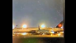 Flugzeug bei Nacht auf der Landebahn