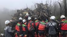 Rettungskräfte am Wrack des abgestürzten Helikopters in Taiwan