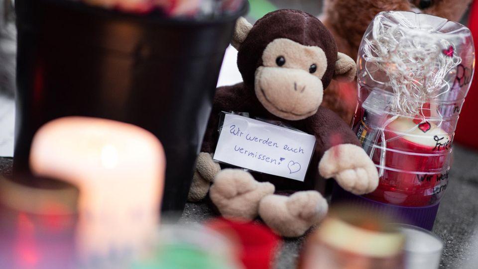 """""""Wir werden euch vermissen!""""steht auf einem Zettel vor dem Krefelder Zoo, in dem 30 Affen bei einem Brand starben"""
