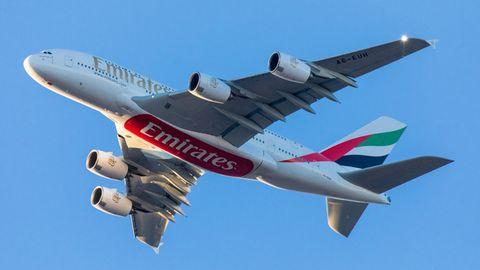 Airbus A380 von Emirartes von unten im Flug