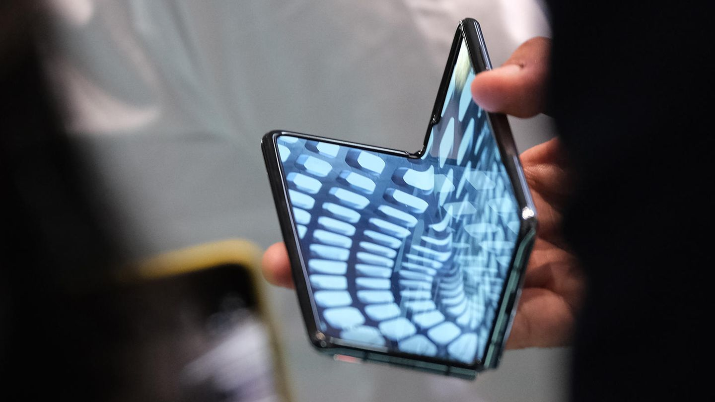 Falt-Smartphones gelten als Trend der Zukunft, doch zunächst müssen noch einige Kinderkrankheiten behoben werden.