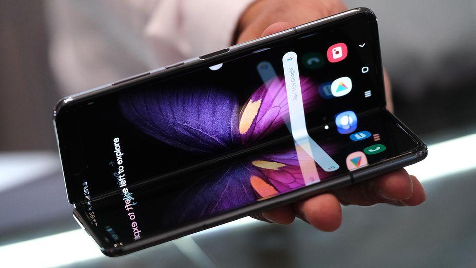1. Mehr faltbare Bildschirme  2019 war das Jahr, in dem faltbare Smartphones Wirklichkeit wurden. Die Technik ist vielversprechend, fühlt sich bislang aber noch unfertig an - und ist derzeit kaum bezahlbar. Das Samsung Galaxy Fold etwa kostet rund 1700 Euro. In diesem Jahr dürfte die Technik nicht nur günstiger, sondern auch besser werden: Hersteller wie LG, Xiaomi und TCL steigen ebenfalls in das Geschäft mit Falt-Telefonen ein. Letzterer will etwa mit einem Gerät punkten, das sich dreimal zu einem 10-Zoll-Tablet auseinanderfalten lässt. Vermutlich wird man die ersten neuen Modelle zum Mobile World Congress Ende Februar in Barcelona zu sehen bekommen.