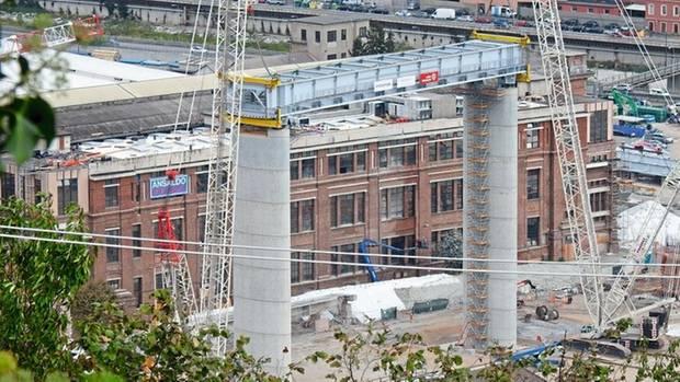 Drei Monate nach der Sprengung der Reste (ganz links) begann im September 2019 der Neubau nach den Skizzen Renzo Pianos. Der 82-Jährige ist Genueser, sein Vater wuchs im Viertel unter der Brücke auf. Berühmt wurde Piano in den Siebzigern durch den Bau des Pariser Centre Pompidou