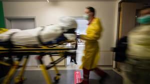 Sanitäter bringen einen Patienten in die Notaufnahme