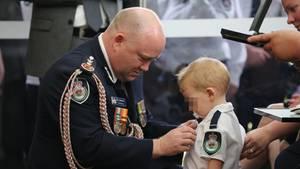 Kommissar Shane Fitzsimmons (l.) überreicht dem Sohn des Feuerwehrmannes Geoffrey Keaton eine posthume Auszeichnung