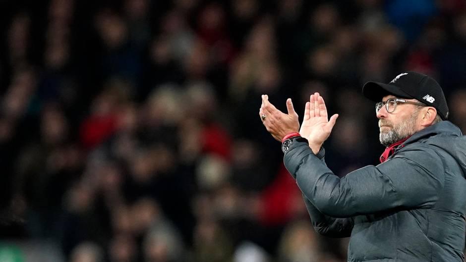 Jürgen Klopp applaudiert den Liverpooler Fans nach dem Sieg seines Teams gegen Sheffield United
