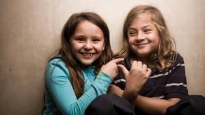 Zwei Mädchen ärgern sich