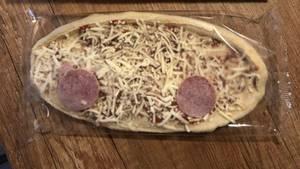 Tiefkühlpizza mit nur zwei Salamis – von Wagner