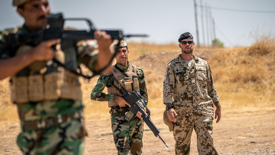 Ein Bundeswehr Soldat begleitet auf dem Truppenübungsplatz in Bnaslawa die Ausbildung kurdischer Peschmerga