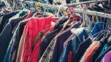 Kleidung auf dem Flohmarkt