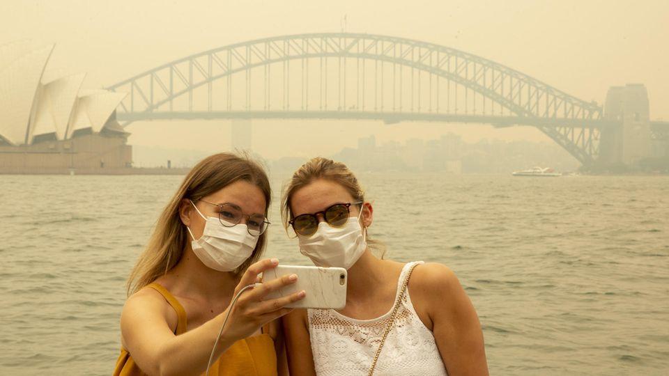 Dicke Luft in Sydney: Ein Selfie vor der Harbour Bridge ist nur noch mit Atemschutz möglich.