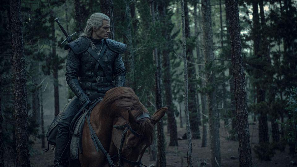 """1. Platz: The Witcher  """"The Witcher"""" basiert auf den Fantasy-Bestsellern der Hexer-Saga und erzählt die Geschichte von Schicksal und Familie. Der einsame Monsterjäger Geralt von Riva versucht, in einer Welt seinen Platz zu finden, in der Menschen oft grausamer sind als die wilden Kreaturen, die er jagt."""