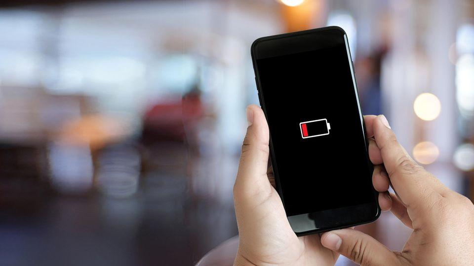 2 & 3. Schneller und ausdauernder  Smartphone-Prozessoren werden auch in diesem Jahr schneller und energieeffizienter. Apropros Energie: Womöglich sieht man bereits in diesem Jahr die ersten Smartphones mit einem Graphen-Akku. Aus diesem Material werden etwa auch Bleistiftminen hergestellt. Der Graphen-Akku, der im Huawei P40 stecken soll, verfügt angeblich über eine Kapazität von satten 5.500 mAh und lässt sich mit 50 Watt in gerade mal 45 Minuten vollständig aufladen. Beides wäre ein enormer Sprung verglichen mit aktuellen Modellen.