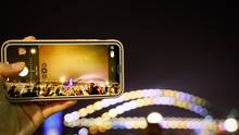 5. Bessere Kameras  Die neuen Prozessoren ermöglichen nicht nur aufwendigere Spiele, sondern auch die Unterstützung mächtigerer Kamera-Sensoren. Xiaomi etwa hat mit dem Mi Note 10 Pro ein Gerät im Sortiment, das schon jetzt 108 Megapixel unterstützt. Samsung wird Gerüchten zufolge auf diesen Zug aufspringen. Damit die Bilder nicht riesig werden, nutzt der Prozessor die Pixelmasse, um mit Hilfe cleverer Algorithmen die Bildqualität zu erhöhen. Die Technologie heißt Pixel Binning und kommt etwa auch in Huawei-Smartphones zum Einsatz.  Zudem wird sich die Zahl der Kameras weiter erhöhen: Wer das iPhone 11 Pro mit seinen Linsen auf der Rückseite schon nicht besonders hübsch fand, sollte besser einen Bogen um das Huawei P40 Pro machen. Ersten Leaks zufolge wird das Gerät auf der Rückseite vier bis fünf Kameras verbaut haben. Da fragt man sich bloß: In welche Linse muss man am Ende eigentlich schauen?