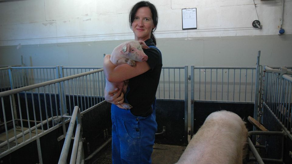 Schweineverhaltensforscherin Sandra Düpjan mit Ferkel auf dem Arm