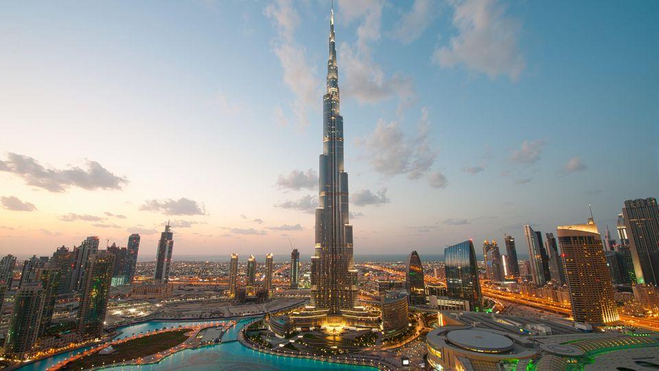 Mit 828 Metern ist der Burj Khalifa der höchste Zacken in der Skyline von Dubai. Am 4. Januar 2010 wurde der Turm eröffnet.