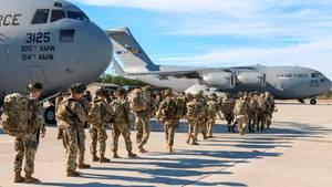 Fallschimrjäger der US-Armee werden von der Militäreinrichtung Pope Field abgezogen