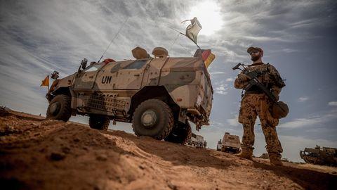 Ein Soldat der Bundeswehr steht am Flughafen nahe des Stützpunktes im Norden Malis