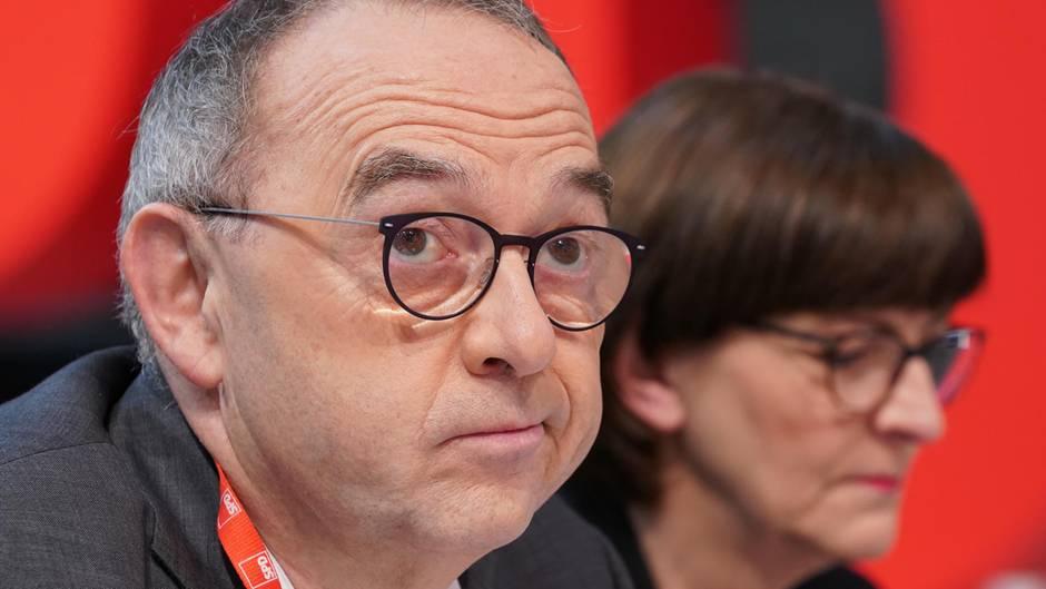 Die SPD-Bundesvorsitzenden Norbert Walter-Borjans (l.) und Saskia Esken