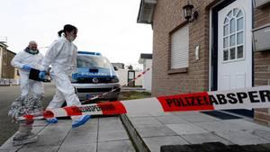 Beamte der Spurensicherung betreten ein Haus, in dem drei Leichen gefunden worden waren